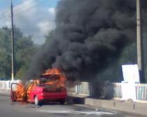 В Днепропетровске загорелась машина, парализовав движение транспорта