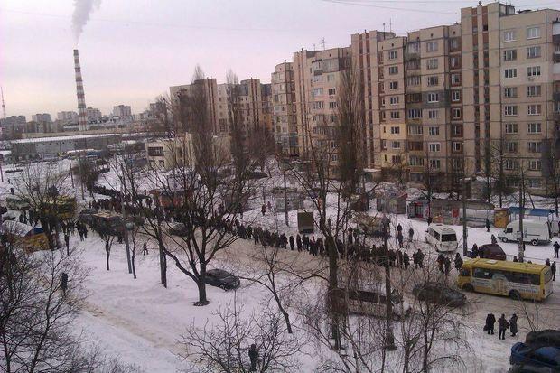 Очередь на маршрутку на Виноградаре, Киев