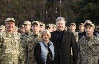 Порошенко почав поїздку на схід з відвідування військового ліцею в Кремінній