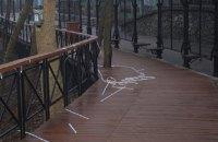 У Києві хулігани обірвали LED-підсвічування перил на Алеї художників