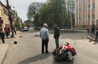В Бродах мотоциклист влетел в стоящих на дороге велосипедистов