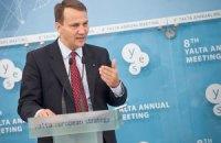 Сикорский: Украина - слишком важная страна, чтобы быть изолированной