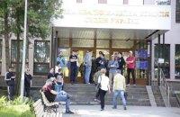 Неизвестные заблокировали работу ВККС и окружили здание (обновлено)