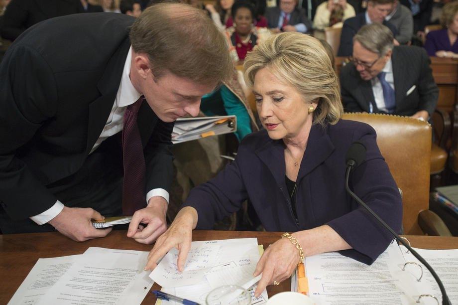 Хиллари Клинтон (справа) разговаривает с бывшим сотрудником в Джейком Салливаном (слева) во время перерыва в даче показаний в Специальном комитете Палаты представителей по Бенгази, на Капитолийском холме в Вашингтоне, США, 22 октября 2015 г.