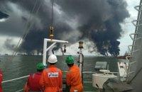 В Индонезии загорелось разлитое в море топливо