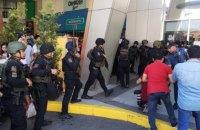 На Филиппинах бывший охранник ТЦ 10 часов держал в заложниках около 30 человек (обновлено)