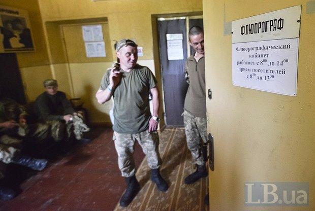 После того, как в одной из рот выявили туберкулез, военных привезли в больницу на флюорографию.