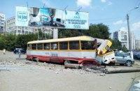 В Одессе трамвай задним ходом врезался в столб и протаранил автомобиль