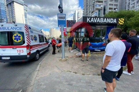В Киеве легковушка влетела в кафе на остановке, есть пострадавшие (обновлено)