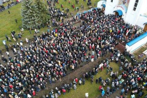 У Мінську тисячі людей прийшли попрощатися з убитим Романом Бондаренком