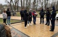 У центрі Києва поліція конфіскувала птахів, яких використовували для заробітку на фото