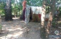Полиция забрала двух маленьких детей у матери, живущей в лесной палатке под Киевом