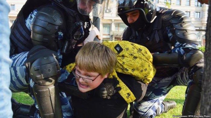 14-летний школьник Александр Башаров, задержанный на акции протеста в Москве 5 мая