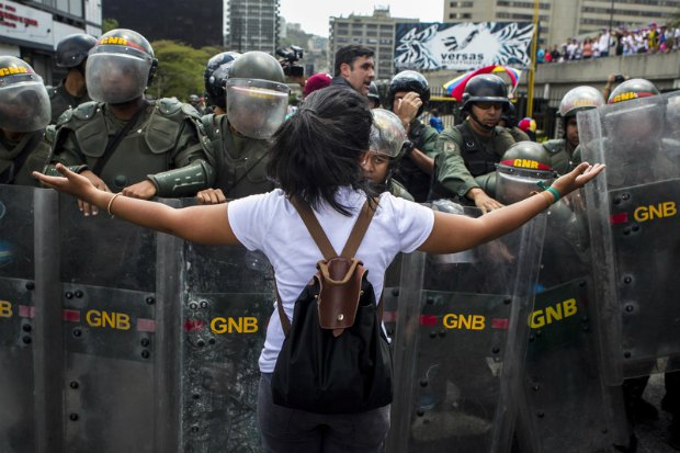 Участница акции протеста обращается к полицейским