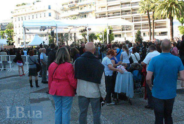 Эти люди ждут появления на красной дорожке Брэда Питта (вчерашняя премьера <<Ограбления казино>>). Он появится только часов в шесть, но место нужно занять уже сейчас