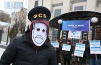 ФСБ незаконно задерживает и терроризирует украинских моряков в Азовском море, - СБУ