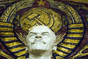 Влада Києва пообіцяла прибрати символи СРСР до квітня 2016 року