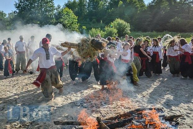 Несмотря на ожесточенную борьбу, чучело всё же загорелось и полетело в костер