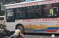 В Китае мужчина угнал автобус и направил его в толпу, погибли пять человек