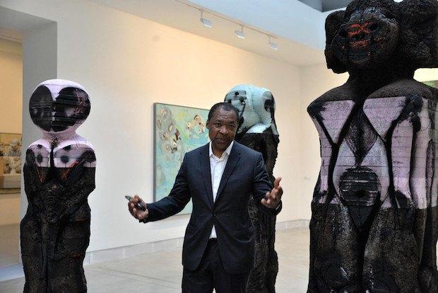 Куратор биеннале Оквуи Энвезор возле работы пакистанского художника