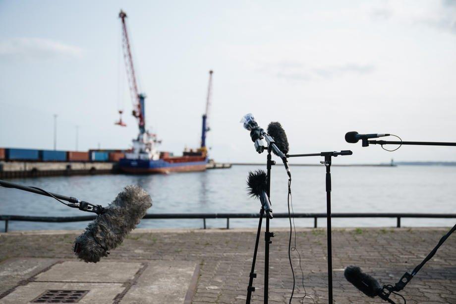 Мікрофони в порту Мукран, де розташований логістичний термінал 'Північного потоку-2', в день візиту глави уряду землі Мекленбург-Передня Померанія, Німеччина,11 вересня 2020.