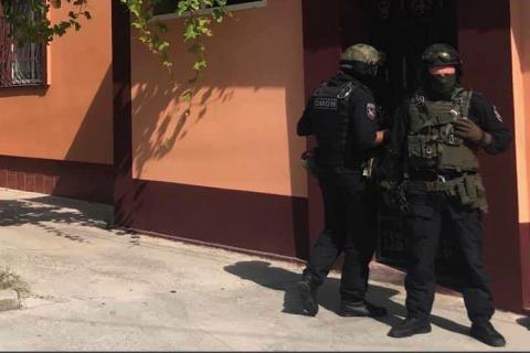 Российский ОМОН ворвался с обысками в дом крымских татар в Евпатории