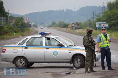На блокпосту в Донецкой области задержаны 2 автомобиля с 200 тыс. гривен и гранатами