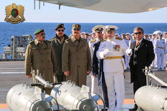Халиф Хафтар посетил российский авианосец *Адмирал Кузнецов* у побережья Ливии, в Средиземном море, 11 янв. 2017.