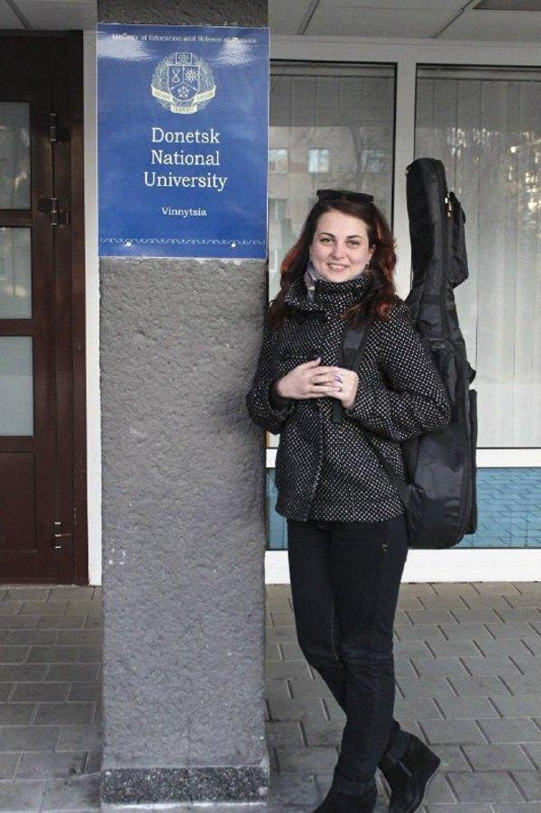 Катя біля університету у Вінниці