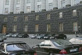 Чиновники игнорируют запрет Азарова на покупку дорогих автомобилей
