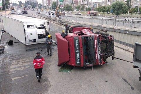 У Києві на Теремках вантажівка впала з шляхопроводу
