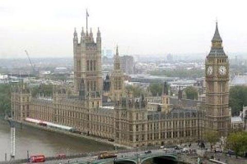 Вограду парламента Англии  врезался автомобиль