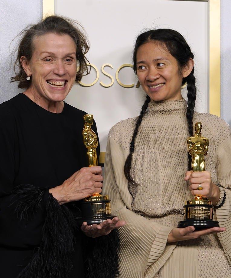 Актриса Френсіс Макдорманд (зліва) та продюсер Хлоя Чжао з нагородами, фільм 'Земля кочівників'