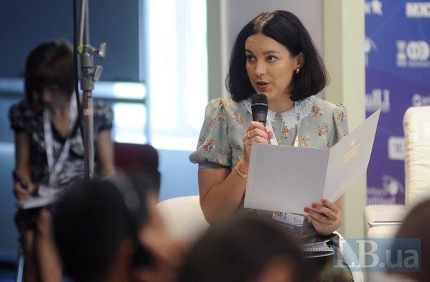 Соня Кошкина, модератор панели форума и шеф-редактор интернет-издания LB.ua, зачитывает телеграмму от Петра Порошенко