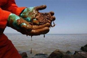 Чиновник думает, что огромное нефтяное пятно под Одессой исчезнет само