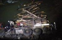 На Прикарпатті КамАЗ-лісовоз впав у річку, загинули двоє  людей