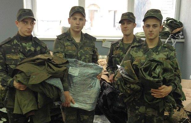 Бійці на складі <<Допоможи фронту>>