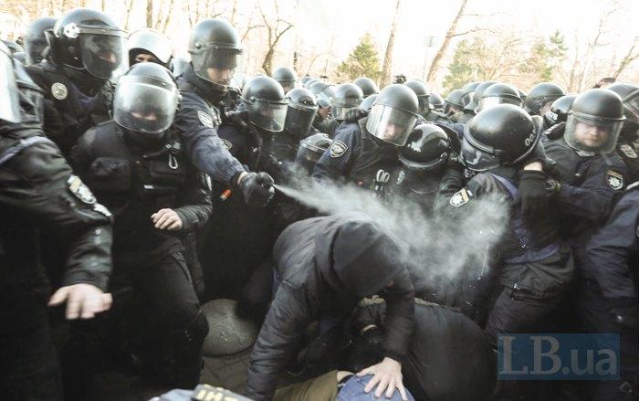 Палки, камни и слезоточивый газ: столкновения под Верховной Радой в фото