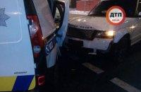 У центрі Києва позашляховик врізався в машину поліції