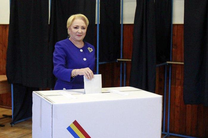 Виорика Дэнчилэ голосует на избирательном участке в Бухаресте, 10 ноября 2019