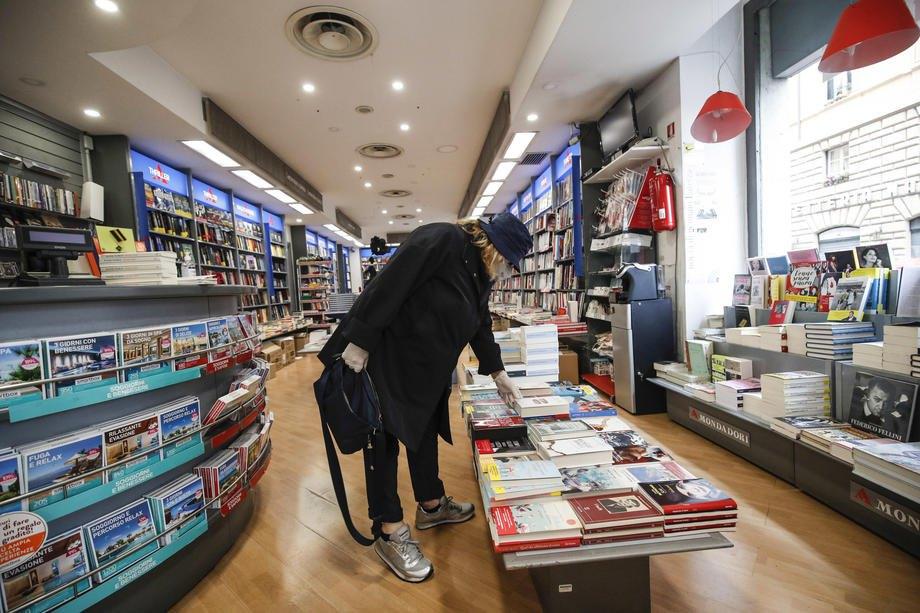 Книжковий магазин працює під час часткового локдауна в Римі, 20 квітня 2020.