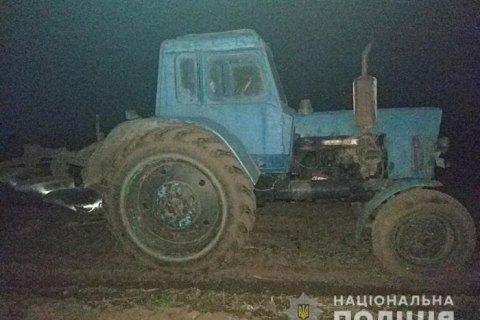 Поліція зі стріляниною затримала п'яного водія трактора, який збив жінку і намагався втекти в поле