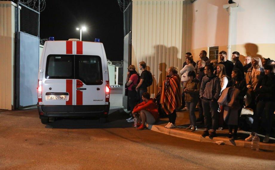 Швидка заїжджає на територію СІЗО, під стінами якого люди чекають на звільнення родичів і друзів, Мінськ, 14 серпня 2020