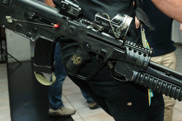 Мендель Асман на службе в Армии Обороны Израиля носил на личном боевом оружии украинскую ленточку
