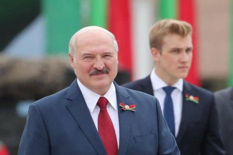 """Лукашенко розповів, що переніс коронавірус """"на ногах"""""""