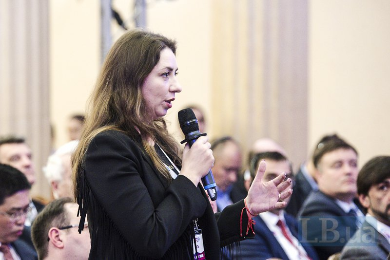 Политолог Олеся Яхно-Белковская задает вопрос экспертам форума