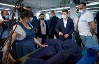 Зеленському у Чернігові показали фабрику, де шиють захисні комбінезони для медиків