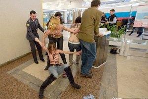 Активисткам FEMEN грозит 15 суток ареста за попытку украсть голос Путина