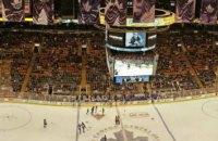 Игрок университетской лиги США по хоккею был доставлен в больницу после страшного силового приема