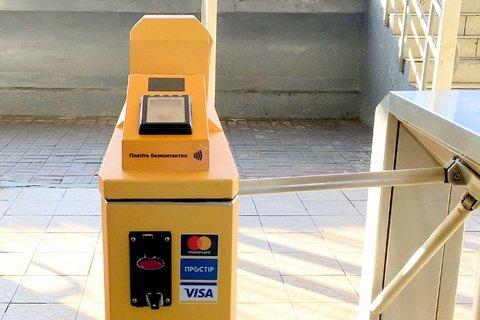 На станциях городской электрички в Киеве установили турникеты для бесконтактной оплаты